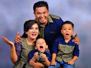Petrus Apul Bersama keluarga